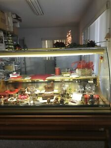 61 Chocolate Display Case curved Glass And Wood marble Packing Shelf In Back