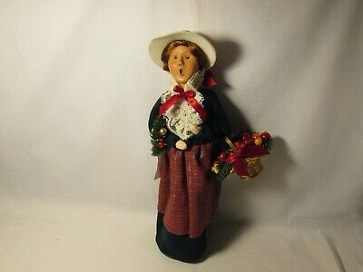 Byers Choice 2003 Exclusive Yankee Candle Woman With Apple Basket And Wreath