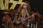 Kiss 76/02/23 photo 1-03, Gene Simmons - LA FORUM