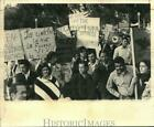 1974 Press Photo Striking strawberry pickers, members of United Farm Workers
